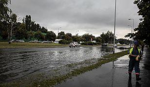 Deszcz zalał Warszawę. Nieczynne dwie stacje metra, sporo utrudnień na ulicach