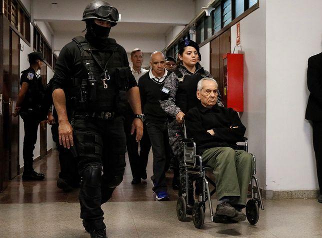 Skazany na 42 lata więzienia włoski ksiądz Nicola Corradi opuszcza sąd