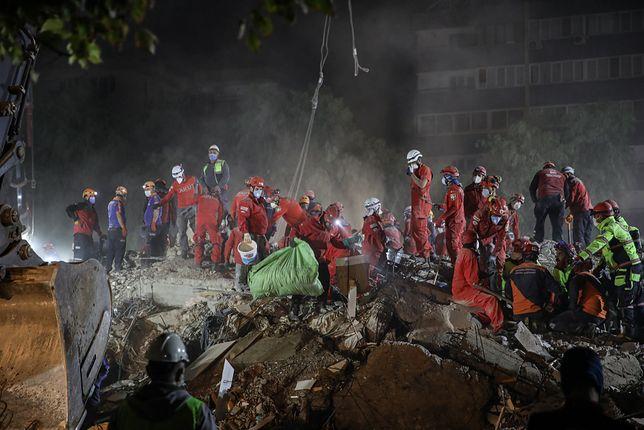 Akcja ratunkowa po trzęsieniu ziemi w Izmirze, w Turcji w 2020. (Photo by Cem Tekkesinoglu/NurPhoto via Getty Images)
