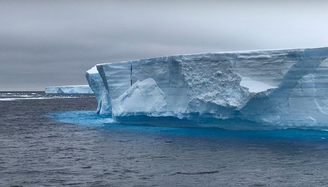 Antarktyda. Gigantyczna góra lodowa rozpada się coraz szybciej. Pokonała ogromny dystans