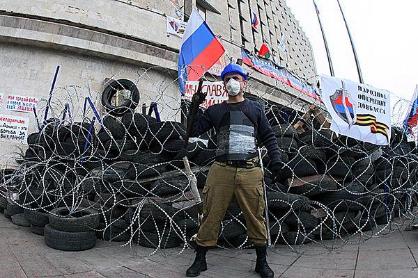 Barykady przed budynkami administracji państwowej w Doniecku
