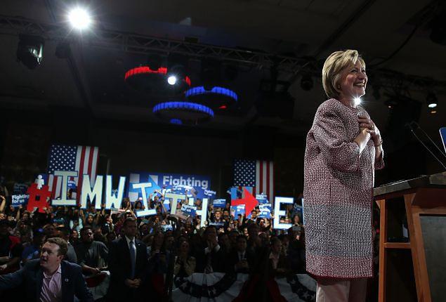 Hillary Clinton w płaszczu od Armaniego wywołała burzę w sieci. Jak powinni ubierać się politycy?