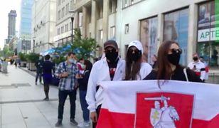Warszawa dla Mińska. Pikieta z biało-czerwono-białymi flagami