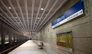 Warszawa. Bagaż w metrze. Pociągi kursują w pętli