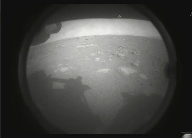 Łazik Perseverance wylądował na Marsie. NASA chwali się pierwszym zdjęciem