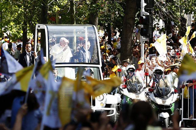 Papież Franciszek uderzony w twarz. Ochrona nawet nie drgnęła