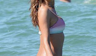 Alessandra Ambrossio pluska się wśród fal. To królowa bikini