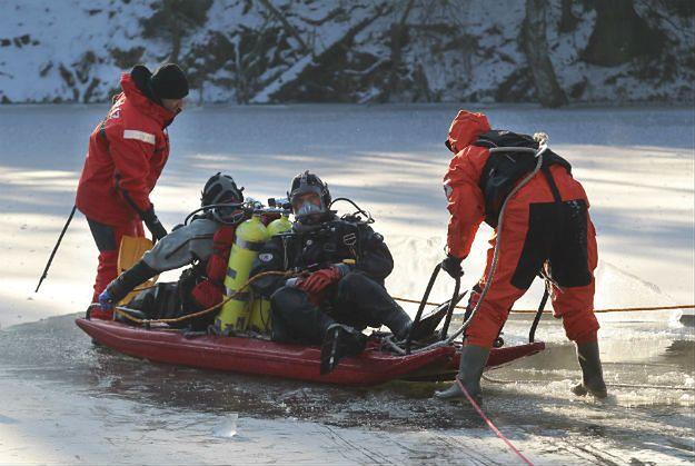 Banie: jeździli quadem po zamarzniętym jeziorze. Znaleziono zwłoki 48-latka