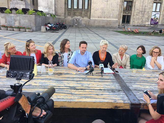 Kandydat Koalicji Obywatelskiej w otoczeniu działaczek stowarzyszenia Kongres Kobiet