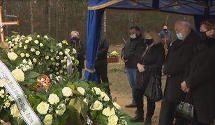 Tłumy opuściły cmentarz, a przyjaciel dalej czuwał nad grobem Krzysztofa Krawczyka