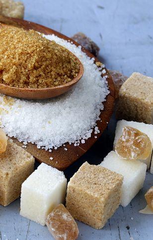 Cukier można zastąpić miodem albo melasą