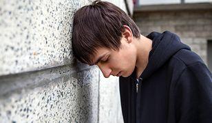 Dlaczego nastolatek sięga po narkotyki i jak mogę mu pomóc?