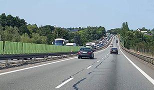 Korek przed bramkami na autostradzie A1 w Rusocinie około godziny 15 miał co najmniej siedem kilometrów długości