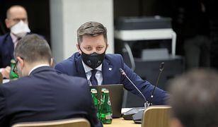 """Szczepionka na COVID. Spór o słowa szefa KPRM ws. """"rozbudzania zainteresowań"""""""