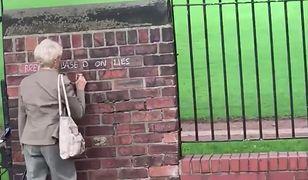 Starsza pani pisała na murze antybrexitowe hasło