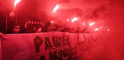 Hołd dla Adamowicza. Tłumy w Gdańsku, kibice odpalili race