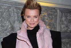 Katarzyna Sokołowska postawiła na naturalność. Pozuje w piżamie na tle miejskiej panoramy