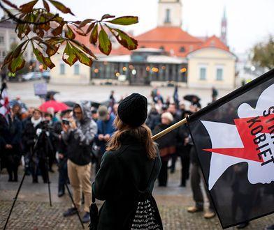 Próba kradzieży transparentów przed protestem.