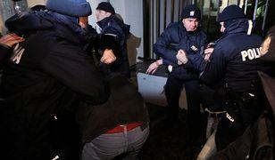 Manifestacja przed ambasadą Rosji w Warszawie. Poleciały torebki z kolorową cieczą