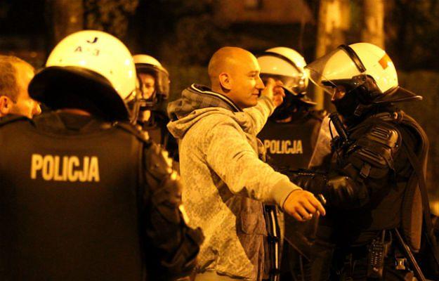 Policjanci przeszukują pseudokibiców, którzy próbowali wzniecić zamieszki przed komisariatem policji w Knurowie