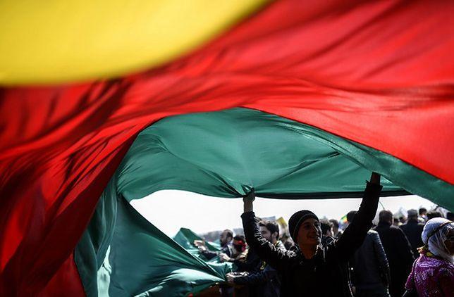 Kurdowie rozwijają flagę narodową w czasie obchodów kurdyjskiego Nowego Roku w marcu 2015 w Stambule.