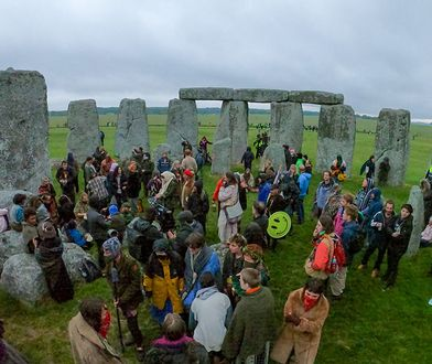 Letnie przesilenie w Stonehenge. Tłum świętował mimo obostrzeń