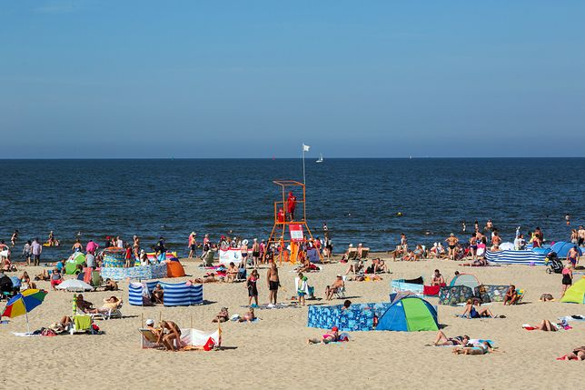 Wakacje 2020. Kolejki przed wejściem na plażę i obowiązkowe maseczki
