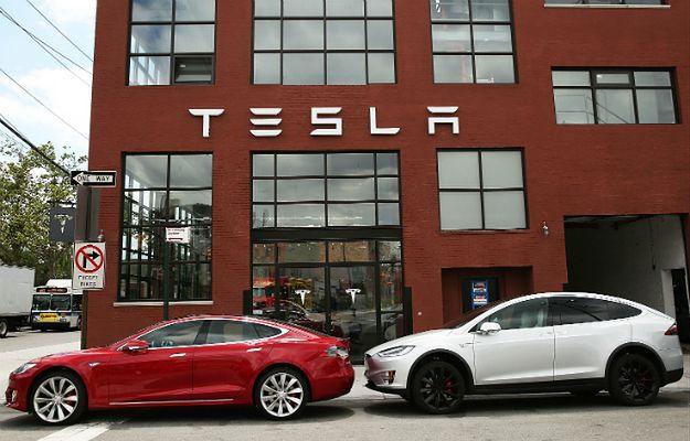 Samochody marki Tesla zaparkowane przez salonem i serwisem w Nowym Jorku.