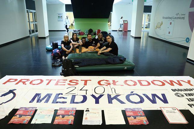 Protest fizjoterapeutów. Po 11 dniach medycy zawieszają głodówkę
