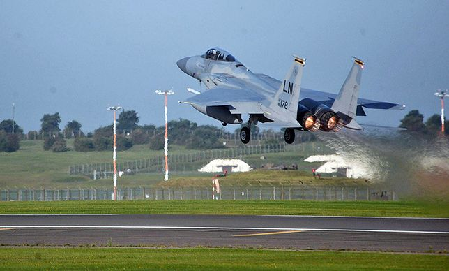 Na Litwę przyleciało w sumie 140 żołnierzy USA - oprócz pilotów F-15 to także obsługa naziemna.