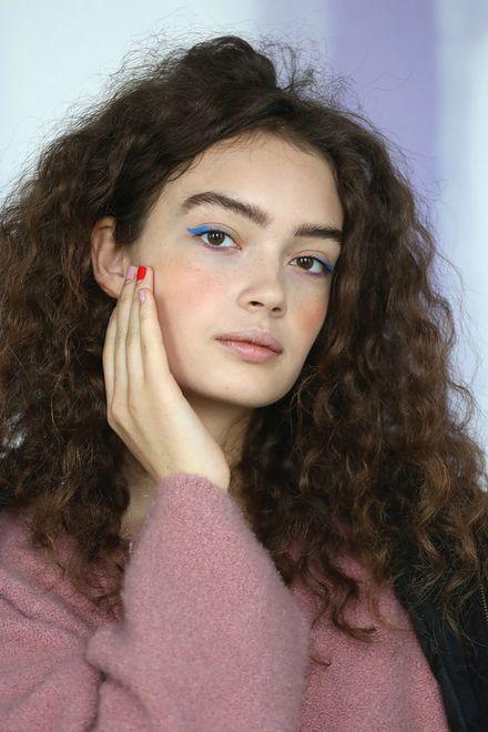Modelka na pokazie kolekcji Tibi jesień-zima 2018/19