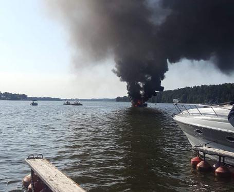 Pożar łodzi na jeziorze w Mikołajkach