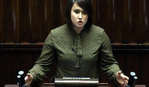 Posłanka klubu PiS Anna Siarkowska chce uzbroić nauczycieli w broń palną.