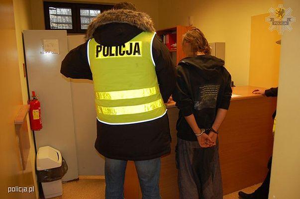 Gdyński deskorolkarz z setkami grzybków halucynogennych w plecaku i znakiem drogowym w ręku zatrzymany w Sopocie.