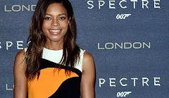 """Naomi Harris na premierze """"Spectre"""" - genialna wzorzysta mini!"""
