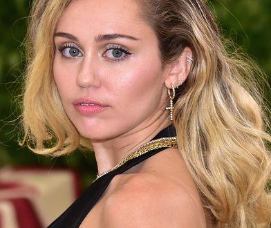 Miley Cyrus została otoczona przez fanów pod hotelem