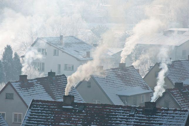 W węgierskiej wiosce Zabar z kominów w domach od rana widać dym.