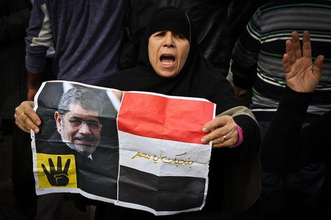 Zwolenniczka Mohammeda Mursiego trzyma jego portret