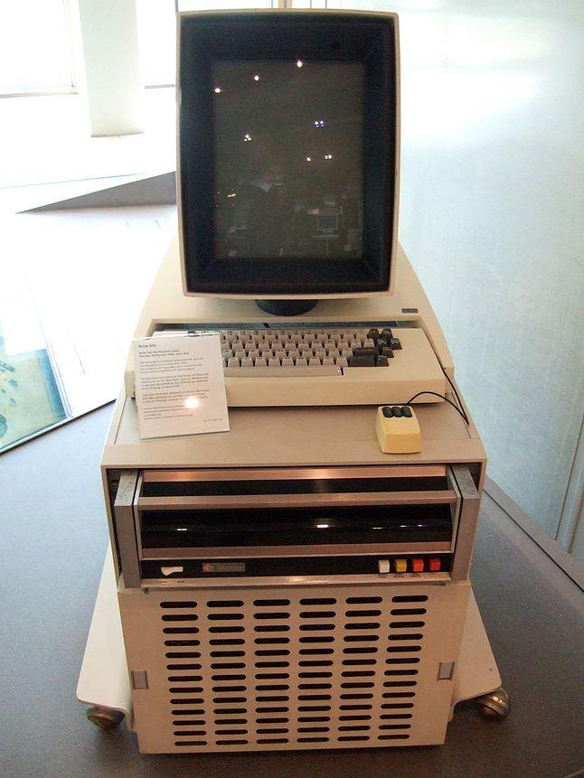Wizjonerski Xerox Alto z pionowym monitorem i... myszką