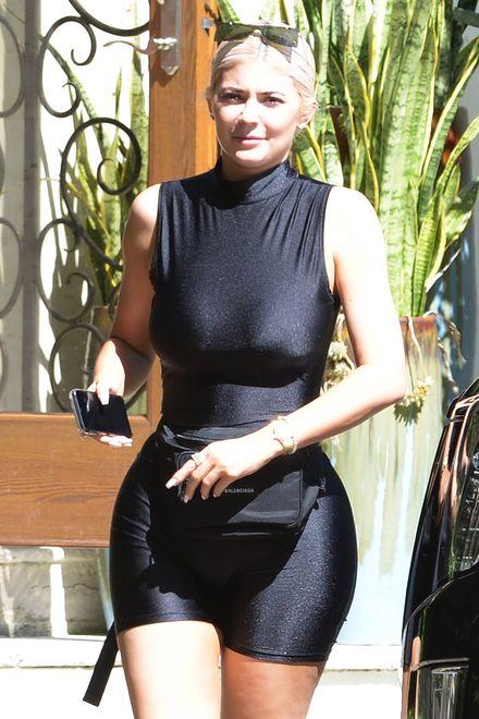 Kylie Jenner w czarnym kostiumie ze spandeksu.