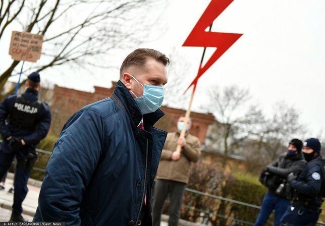 Czarnek odznaczył dyrektora, który zakazał symbolu Strajku Kobiet