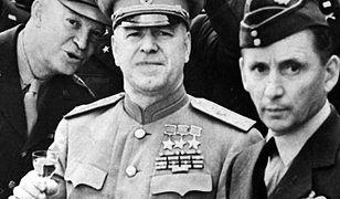 Marszałek Gieorgij Żukow (w środku). Po lewej gen. Dwight Eisenhower, po prawej marsz. Arthur Tedder
