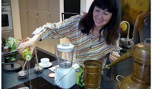 Katarzyna Kochańska w swojej kuchni wyczarowuje olejkowe cuda.