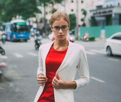 Klasyczny, biały żakiet można nosić cały rok