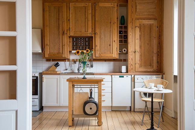 Kuchnię półotwartą mogą dzielić od salonu dwuskrzydłowe drzwi