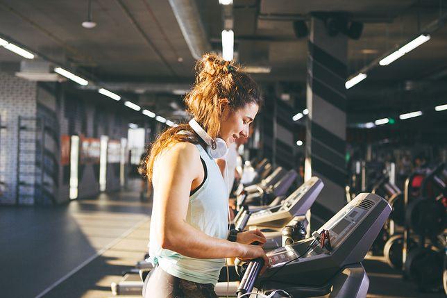 Słuchawki sportowe i ulubiona muzyka mogą sprawić, że nasz trening będzie o wiele przyjemniejszy.