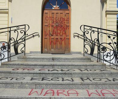 """Na warszawskiej Kurii pojawiły się napisy. """"Mordercy kobiety"""", """"Oto moja krew"""""""