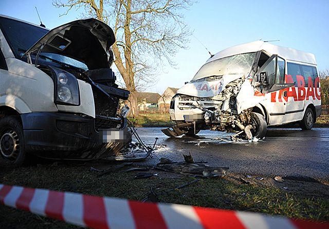 Czołowe zderzenie dwóch busów - zdjęcia
