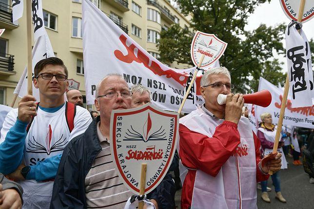 Związkowcy protestują przeciwko działaniom minister Zalewskiej