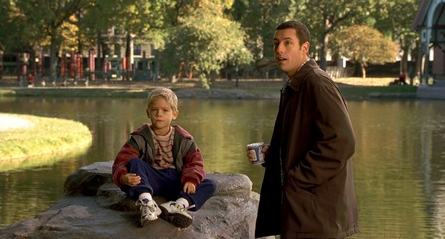 "Cole Sprouse i Adam Sandler w filmie ""Supertata"" z 1999 r."